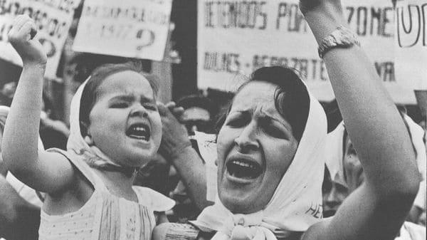 Adriana Lestido. Made e Hija de Plaza de Mayo / Marcha por la vida, 1982. Archivo General de la Nación. Departamento de Documentos Fotográficos
